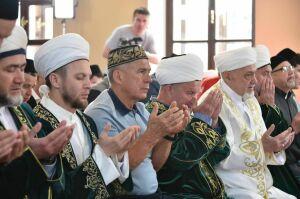 Президент РТ принял участие в праздничном богослужении в честь Ураза-байрам в Галеевской мечети