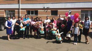 В Альметьевске трем семьям с новорожденными детьми подарили автолюльки