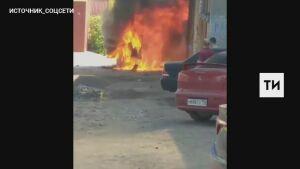 Очевидцы сняли на видео пылающий «Мерседес Гелендваген» в Казани