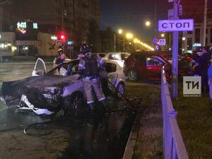 Очевидцы сняли видео, как в Казани после столкновения горела иномарка