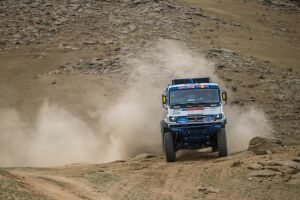 Проблемы с колесами помешали пилотам «КАМАЗ-Мастера» на четвертом этапе «Шелкового пути»