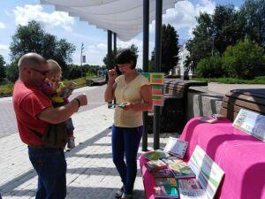 У центрального водоема Бугульмы раздавали конфеты за правильные ответы по истории Татарстана