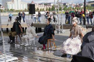 Спектакль без слов о несбывшихся мечтах представили на набережной Кабана
