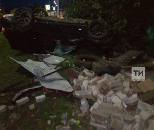 Внедорожник премиум класса вылетел с дороги и разнес гараж в Апастовском районе РТ