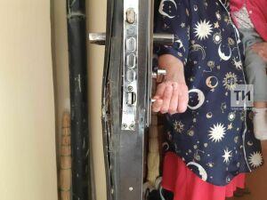 Чтобы освободить застрявший палец малыша, казанским спасателям пришлось отгибать дверь ломом