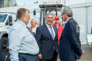 Моторные масла и полиэтилен нового поколения: что показали Минниханову на Нефтегазохимическом форуме