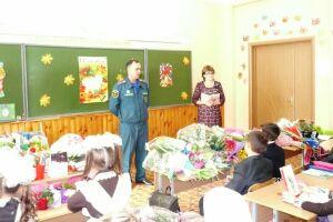 В День знаний сотрудники МЧС Татарстана напомнили школьникам о правилах безопасного поведения
