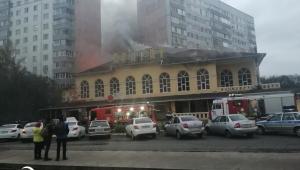 Из-за дыма пожарные эвакуируют жителей домов, находящихся вблизи горящего «Арарата» в Челнах