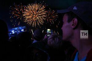 Салютом под песню «Любэ» завершился праздничный концерт в Казани