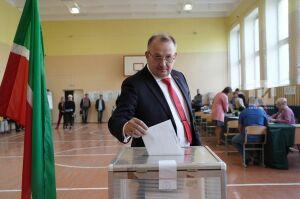 В Казани на голосование всей семьей пришел лидер татарстанского отделения «Коммунистов России»