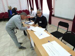 Один из первых проголосовавших в Мензелинске воспользовался комплексом электронного голосования