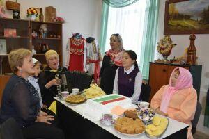 В Нурлате к выборам в Госсовет РТ армянская диаспора испекла торт в виде татарстанского триколора
