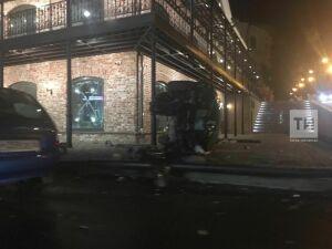 В центре Казани в результате ДТП иномарка вылетела на тротуар и опрокинулась на бок