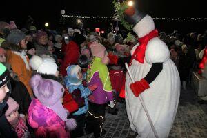 Передвижной уличный театр показал «Снеговиков» в Тетюшах