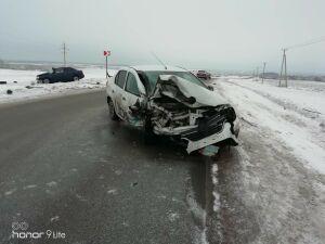 Один человек пострадал в столкновении такси и легковушки на трассе в Татарстане