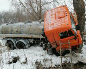 Молоковоз слетел с дороги и врезался в дерево в Татарстане, шофер в больнице