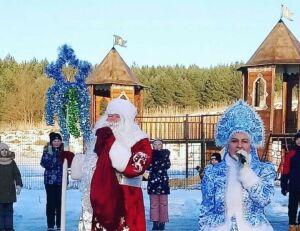 Площадь с главной елкой на роднике Лаишевского района украсили ледовые фигуры