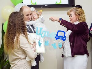 В Нижнекамске торжественно выписали первого ребенка 2020 года