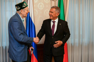 Минниханов вручил первому гендиректору КАМАЗа высшую награду Татарстана