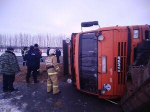 На трассе в РТ перевернулся груженный песком «КАМАЗ» из Ульяновска, пострадал шофер