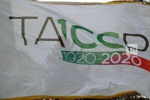 Над Казанским Кремлем водрузили флаг 100-летия образования ТАССР