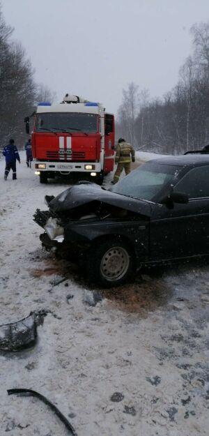 На трассе в Татарстане лоб в лоб столкнулись две легковушки, оба водителя в больнице
