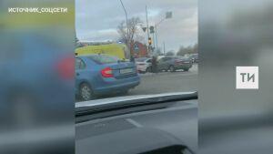 Иномарка сбила женщину-дворника после столкновения с другим авто в центре Казани
