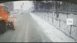 На видео попало, как в Казани снегоуборочный автомобиль протаранил автобус