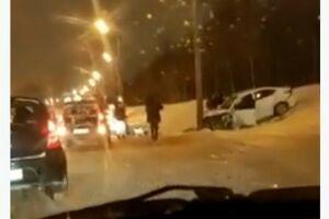 На видео попали последствия ДТП в Казани, где иномарка на скорости врезалась в столб