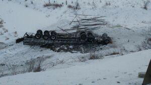 В Татарстане «КАМАЗ» вылетел с дороги и перевернулся в реку, водитель погиб