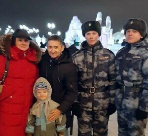 У городской елки в Казани росгвардейцы помогли найти родителей потерявшегося мальчика