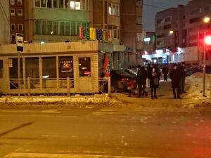 В Казани иномарка вылетела с дороги и врезалась в торговый павильон