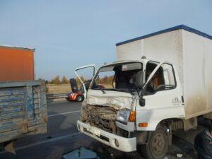 В промзоне Нижнекамска столкнулись два грузовика, пострадал один из водителей