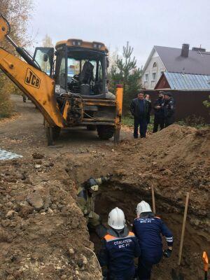 В Казани двоих рабочих насмерть засыпало землей в яме для канализации