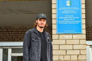 Обладатель Кубка Стэнли Михаил Сергачев посетил родную школу в Нижнекамске