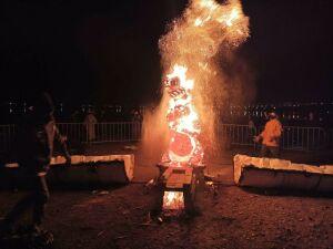 Огненную скульптуру создали в Альметьевске художники из Санкт-Петербурга