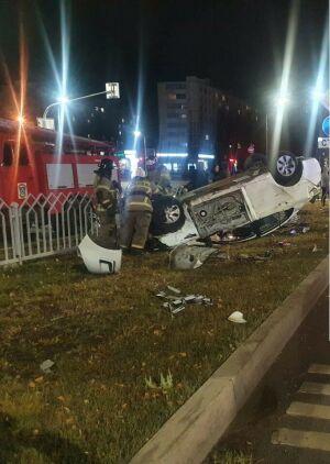 В Челнах иномарка на скорости завалилась на крышу, пассажирка в больнице