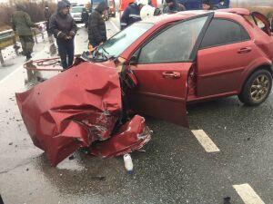 У легковушки вырвало двигатель после ДТП с двумя грузовиками в Буинске