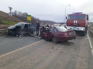 Один человек погиб и двое пострадали в ДТП с двумя иномарками на М7 в Татарстане