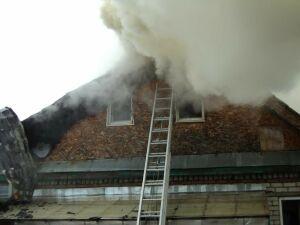 В Казани пожарные спасают от огня соседние с горящим домом строения