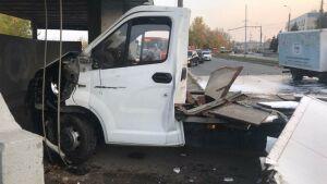 В Казани трамвай на скорости снес «ГАЗель» и слетел с путей, двое пострадали