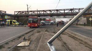Следователи выясняют, почему в Казани трамвай слетел с рельсов и снес «ГАЗель»