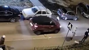 Момент наезда авто на 2-летнего малыша в одном из казанских дворов попал на видео