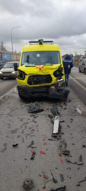 В Челнах карета скорой помощи получила  повреждения, врезавшись в иномарку