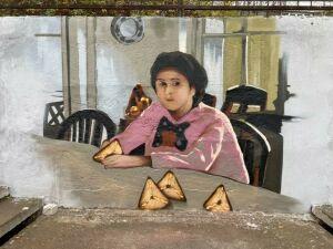Девочка не с персиками: в Казани появилось новое необычное граффити
