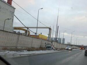 В Казани автоледи на легковушке снесла забор и перевернулась на крышу