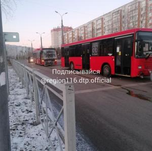В Казани два автобуса с пассажирами столкнулись после «догонялок»