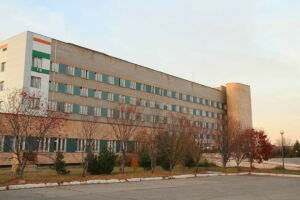 Елабужан с признаками ОРВИ начали принимать в здании Covid-госпиталя