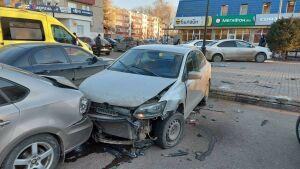 Пожилой водитель «Фольксвагена» снес на паркинге в Нижнекамске три таких же авто