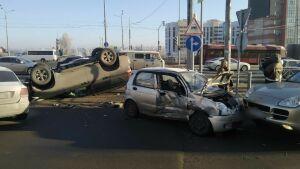 В Казани внедорожник перевернулся после столкновения с малолитражкой